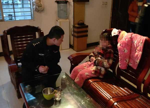 富池派出所接警后,民警刘海志等人迅速赶到陈女士家中了解情况图片